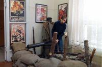 На выставке в Центре историко-культурного наследия представлен арт-объект: фронтовой окоп с пулеметои и винтовками времен Гражданской войны.