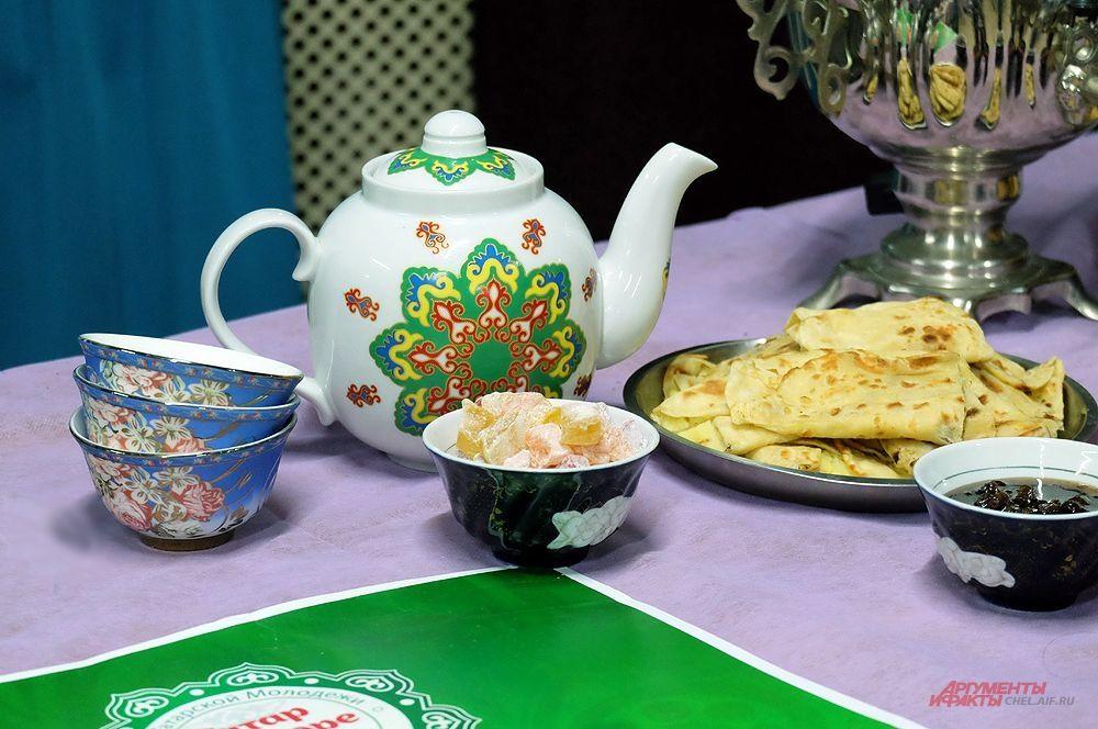 Стол представителей татарской кухни.