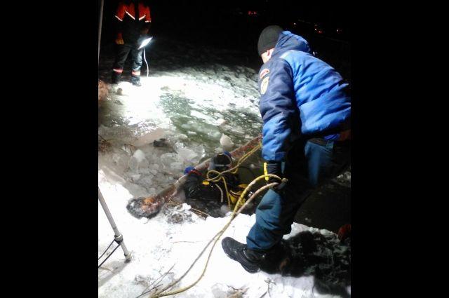 Тело охотника нашли на дне озера.