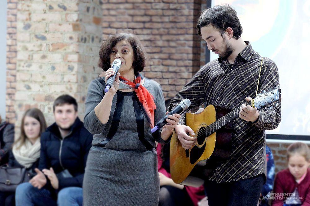 Программа фестиваля включала и исполнение народных песен.