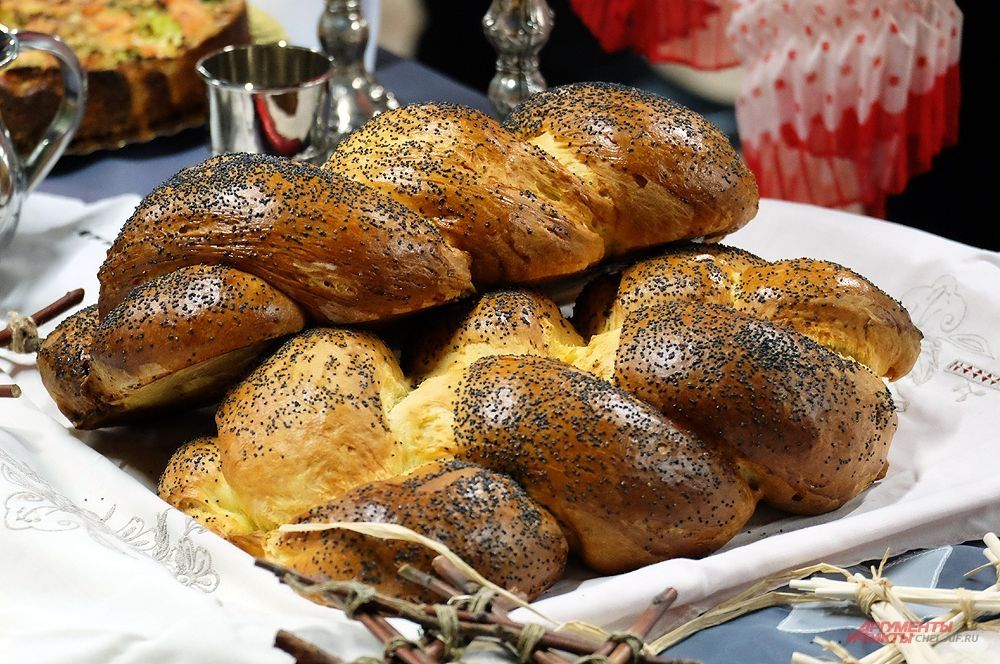 Хала - традиционный еврейский праздничный хлеб.