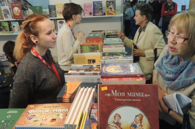 Ежегодно десятки тысяч жителей и гостей города посещают ярмарку в Красноярске.