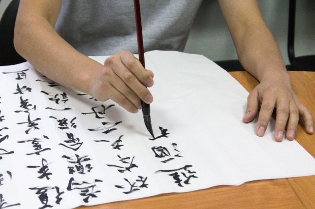 Школьники изучают китайские иероглифы.