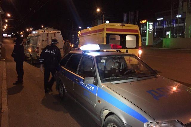 На тюменской трассе машина сбила пешехода: у мужчины переломы обеих ног