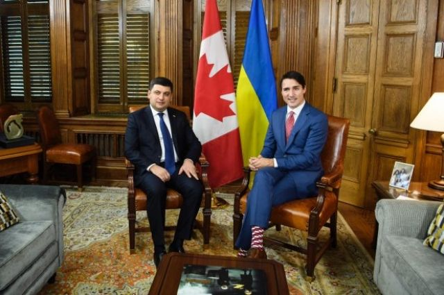 Гройсман подарил премьер-министру Канады Трюдо носки из Украины