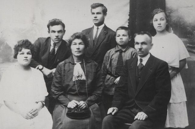 Александр Афанасьевич Афанасьев с семьёй - сыновья Агафангел слева, Юрий (Аввакум) в центре