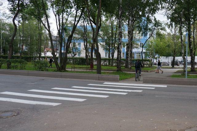 По предварительным данным, женщина переходила дорогу по пешеходному переходу.