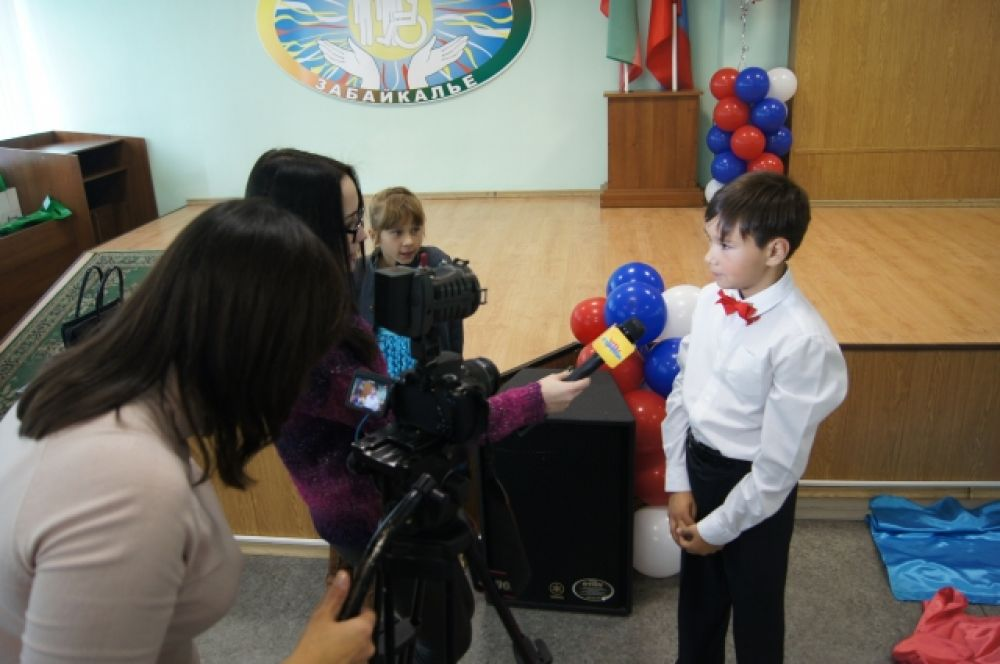 """Виталий Толочкин (известный по участию в проекте """"Ты - супер. Голос"""" даёт интервью телекомпании СТС-Чита."""