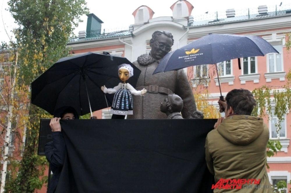 Перед памятником Самуилу Маршаку устроили театрализованное представление.