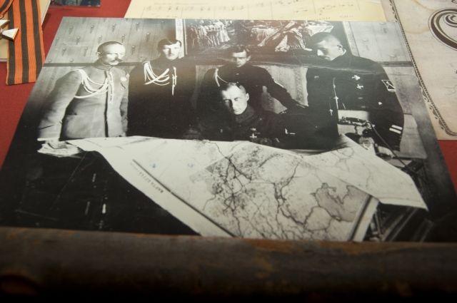 Генерал Алексей Гриши-Алмазов сидит в центре. Говорят он похож на Керенского.