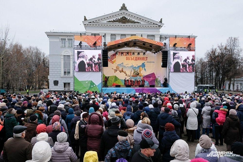 Затем на главной сцене с концертной программой «Россия объединяет» выступили творческие этнические и фольклорные коллективы.