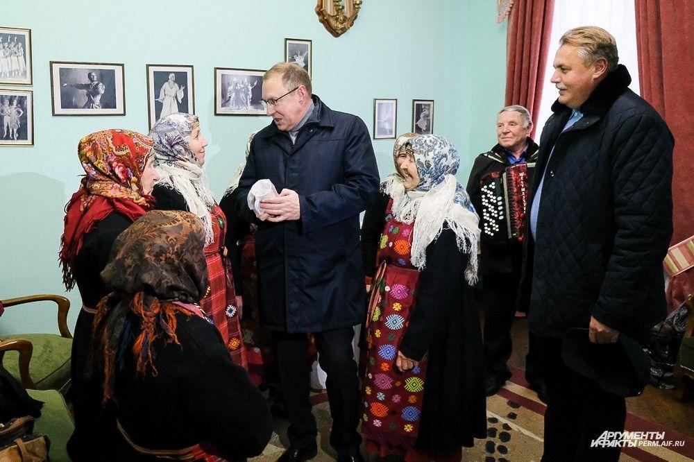 Бурановские бабушки подарили Дмитрию Самойлову фирменную кружку.