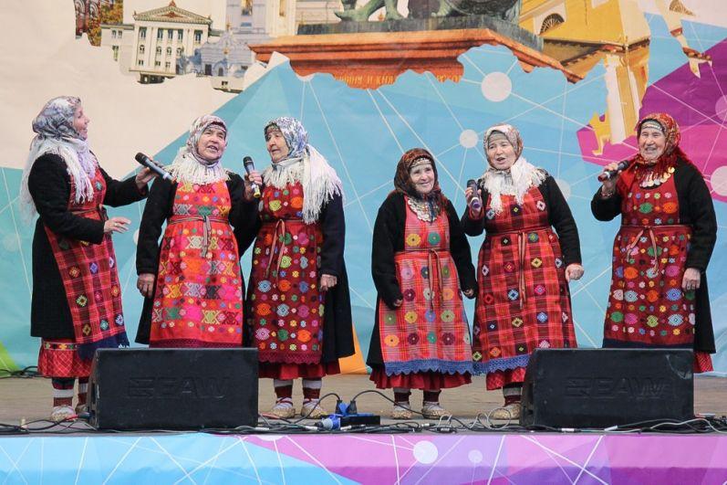 На сцене знаменитый этнофольклорный коллектив исполнил известные песни, частушки и главный хит «Party for everybody dance».