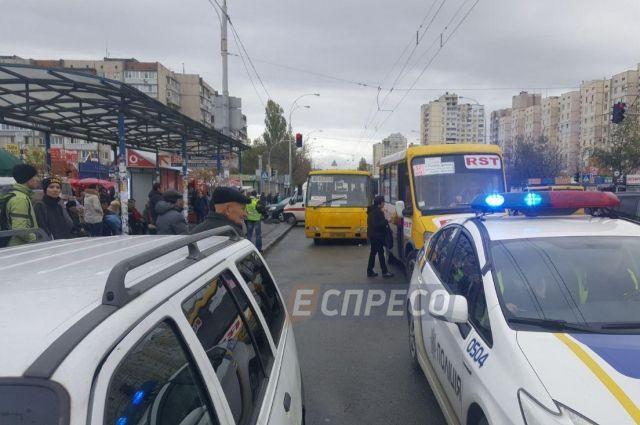 Киевская маршрутка сбила людей наостановке, необошлось без жертв
