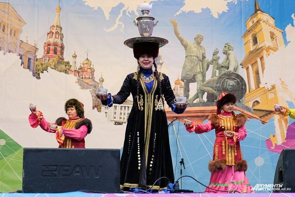 Ансамбль башкирского этнического танца «Лейла» удивил зрителей необычной чайной церемонией.