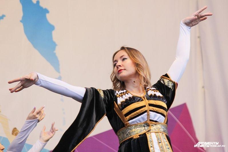 Ансамбль грузинского национального танца.