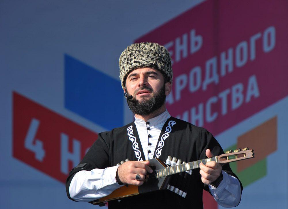 Заслуженный артист Чеченской республики Резавди Исмаилов выступает на митинге в центре Грозного, посвященном Дню народного единства.