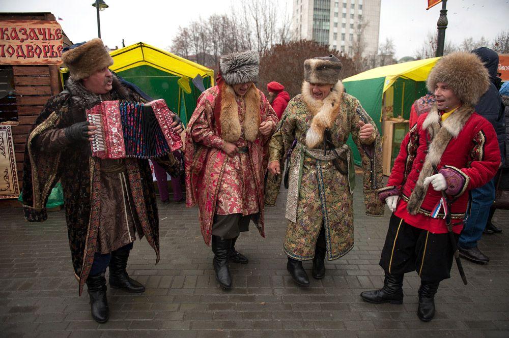 Участники народных гуляний на праздновании Дня народного единства на Ново-Соборной площади в Томске.