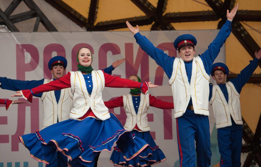 Выступление артистов на Ново-Соборной площади Томска во время празднования Дня народного единства.