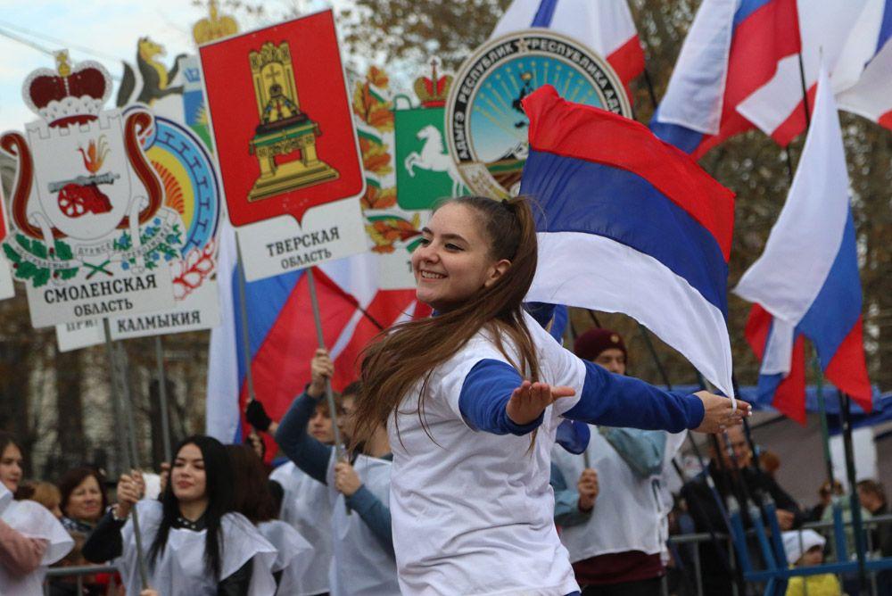 Участники театральной постановки с выносом 85 гербов субъектов России на праздновании Дня народного единства в Симферополе.