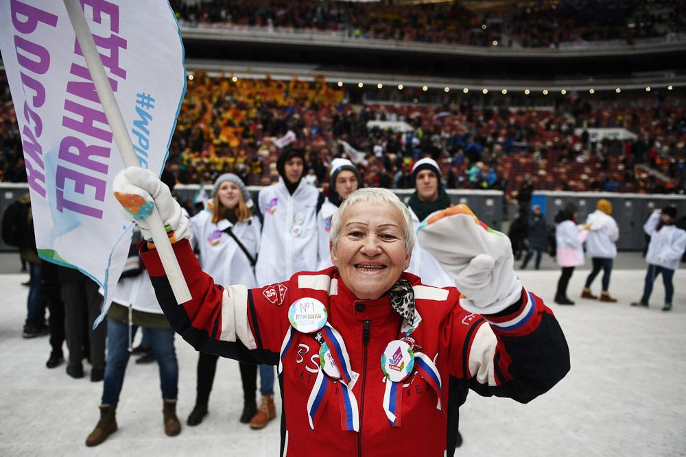 Зрительница намитинге-концерте «Россия объединяет!» набольшой спортивной арене «Лужники» вМоскве.