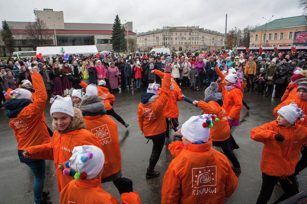 Выступление детского фольклорного ансамбля «КРУУГА» намитинге-концерте напраздновании Дня народного единства вПетрозаводске.