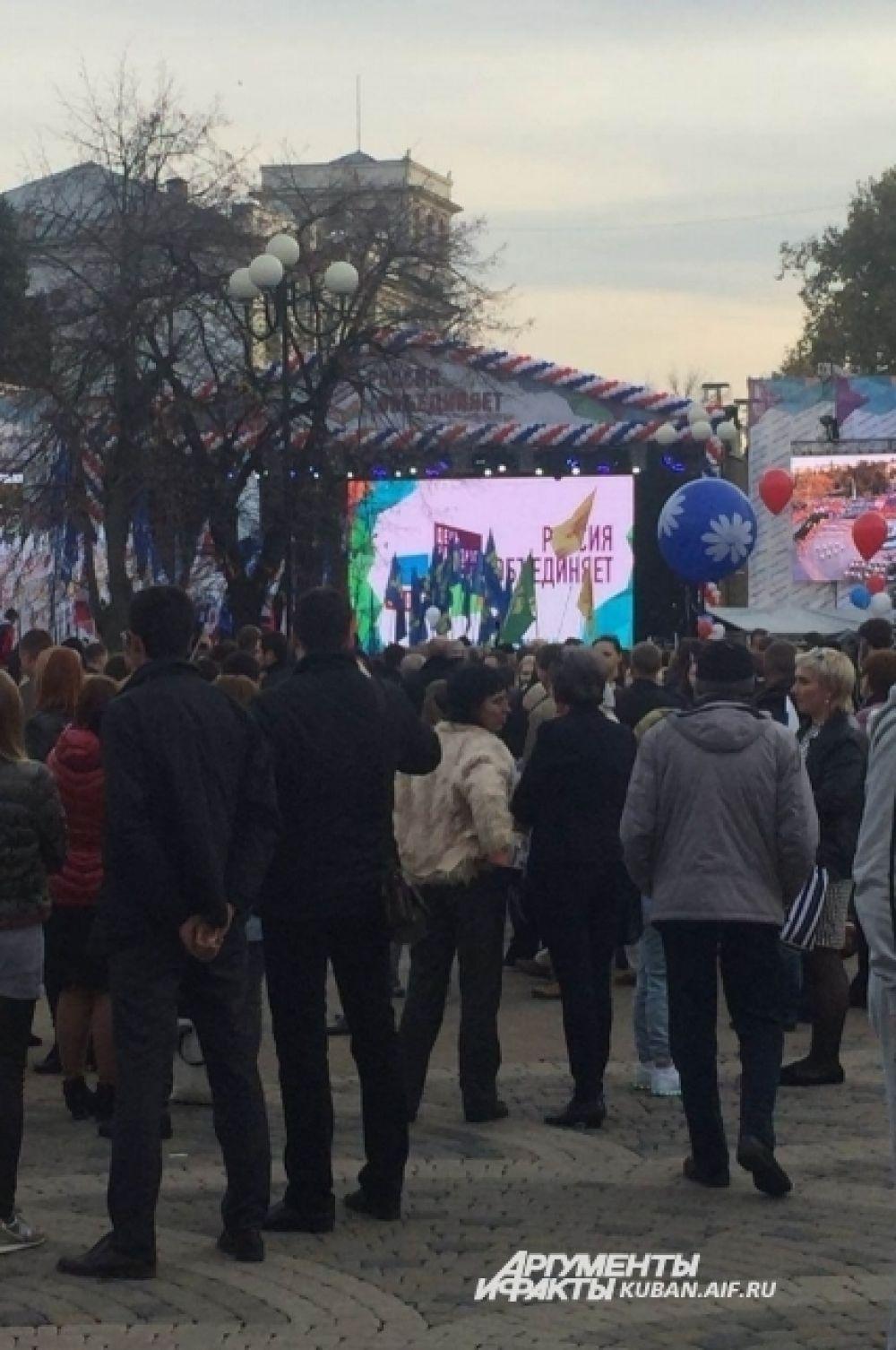 Праздничный митинг на площади.