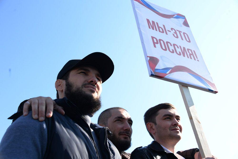 Участники митинга в центре Грозного, посвященного Дню народного единства.