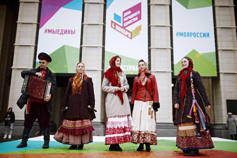 Артисты на праздновании Дня народного единства на площади имени Ленина в Новосибирске.