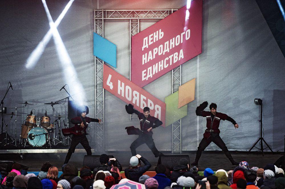 Артисты выступают на праздновании Дня народного единства на площади имени Ленина в Новосибирске.