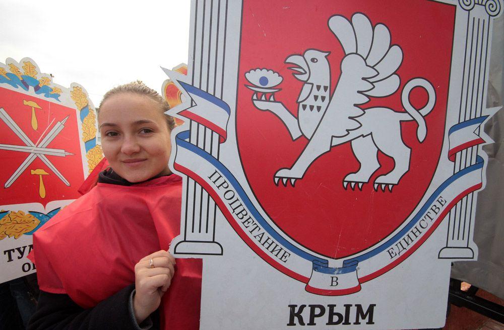 Участница театральной постановки с выносом 85 гербов субъектов России на праздновании Дня народного единства в Симферополе.