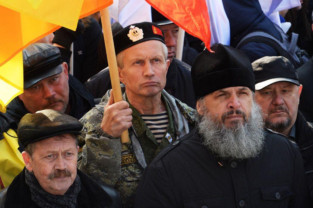 Участники митинга-концерта в честь Дня народного единства на Корабельной набережной во Владивостоке.
