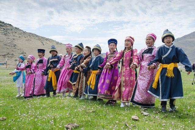 Дети в бурятских национальных костюмах.
