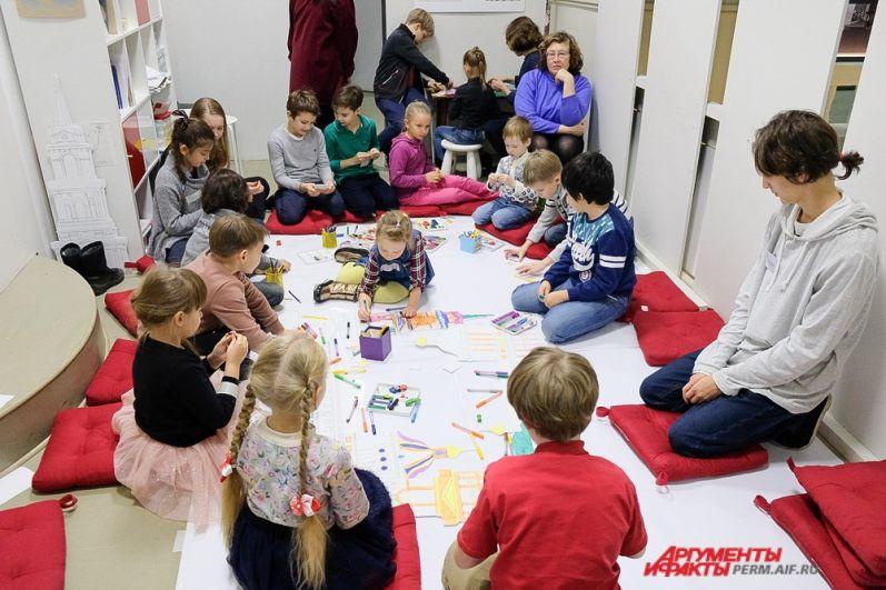 Самые маленькие посетители могли попробовать себя в роли начинающих художников.