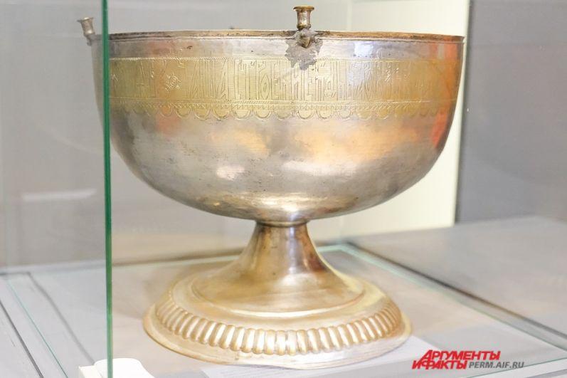 Чаша водосвятная 1725 года баронов Строгановых выполнена из серебра и меди.