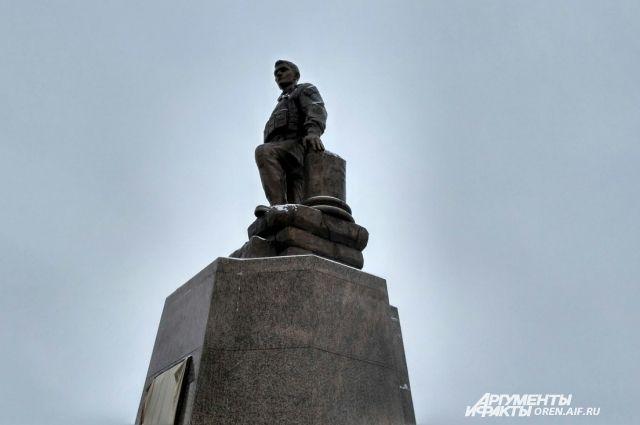 В Оренбурге открыт памятник Герою России Александру Прохоренко.