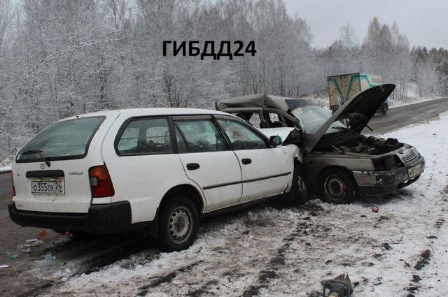 В результате столкновения погибли мужчина и женщина, находившиеся в отечественном автомобиле.