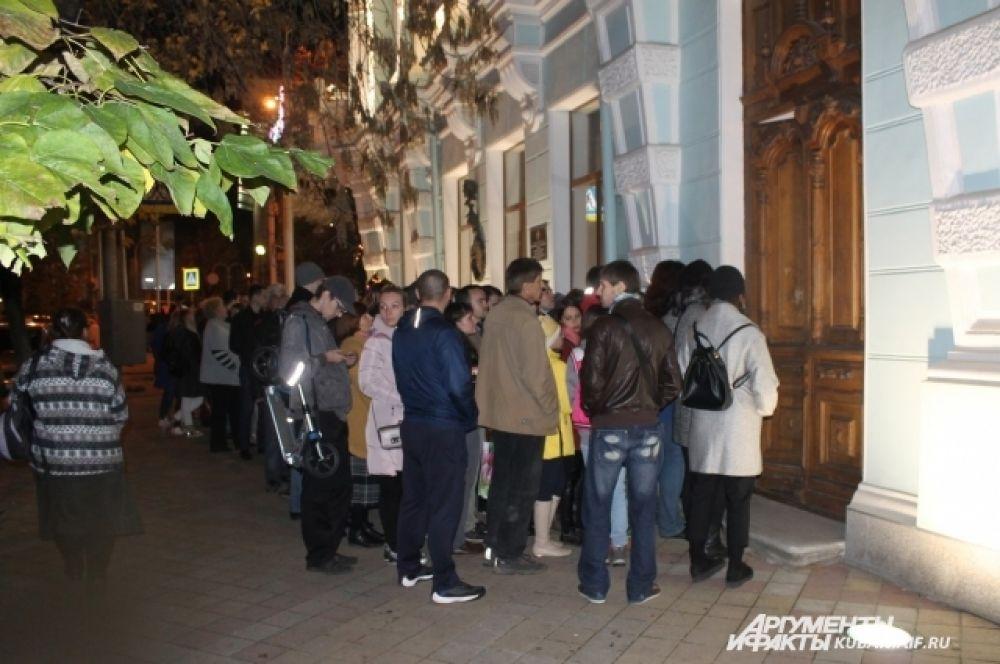 Ажиотаж наблюдался и у входа в Краснодарский художественный музей имени Коваленко.