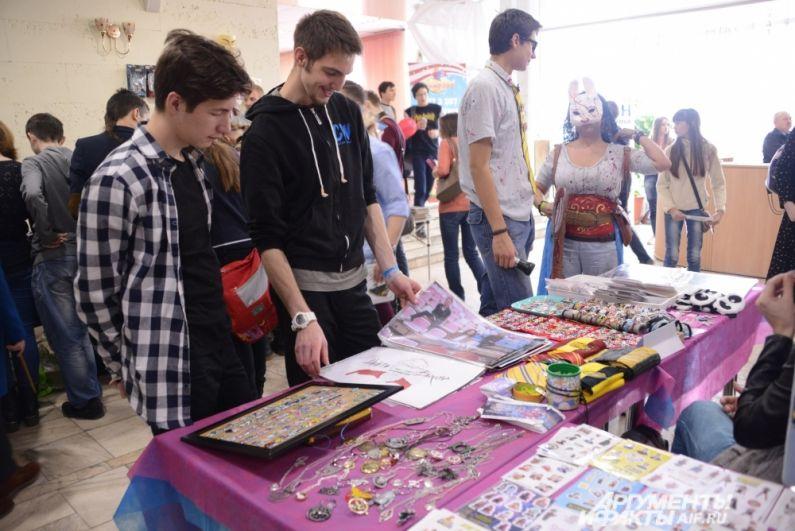 На фестивале проходит большая ярмарка, где свою продукцию представляют команды из разных городов.