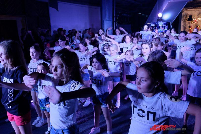 Пока участницы готовились к следующей части конкурса, зрители увидели танцевальную программу от Freak dance studio.