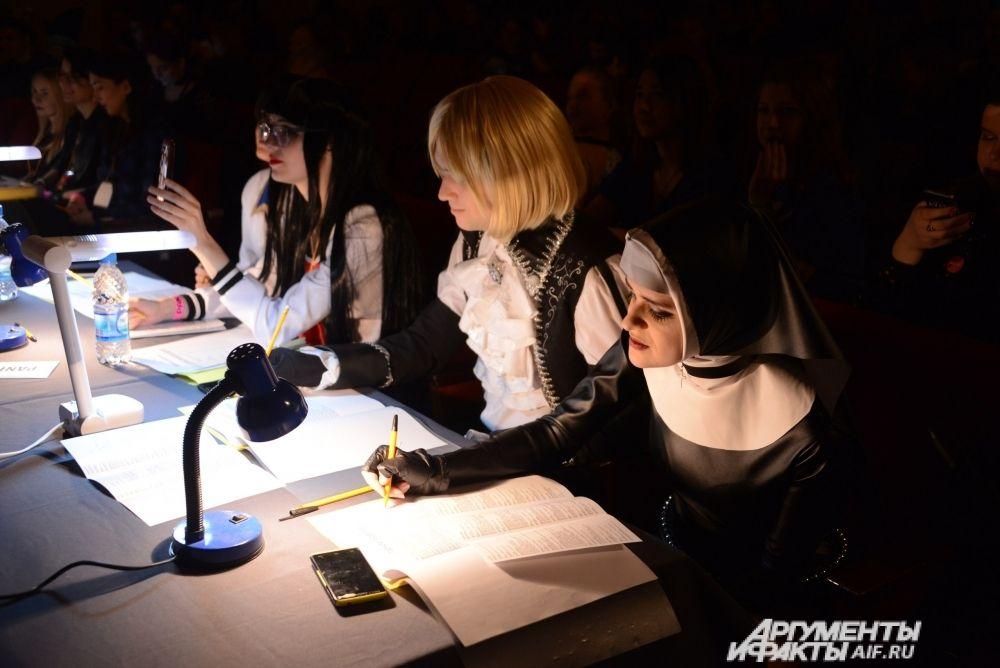 Не обошлось без костюмов и жюри, за судейским столом - косплееры со стажем.