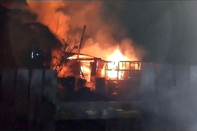 Спасатели достали из дома пять газовых баллонов