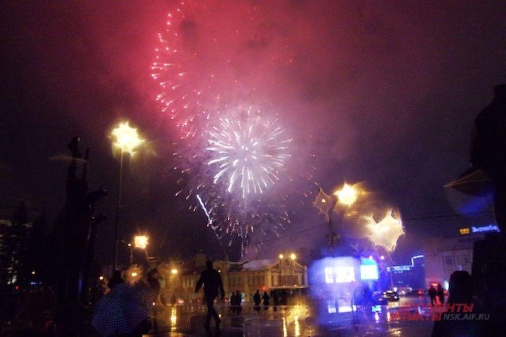 Выступление приглашенной звезды завершилось праздничным фейерверком в 19.00.