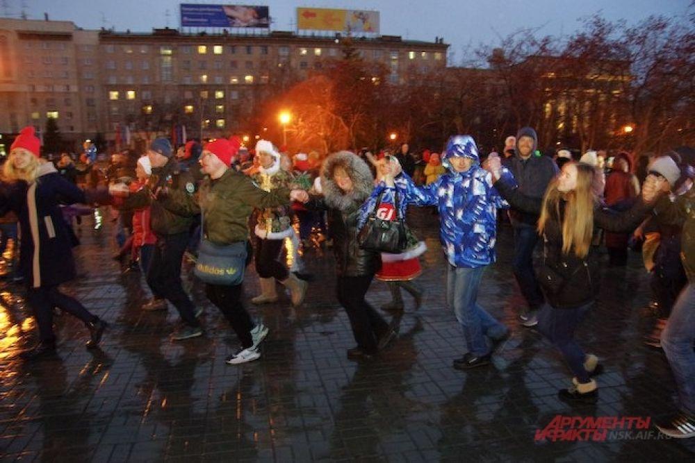 Активные новосибирцы водили хоровод и участвовали в массовом флешмобе #МЫЕДИНЫ.