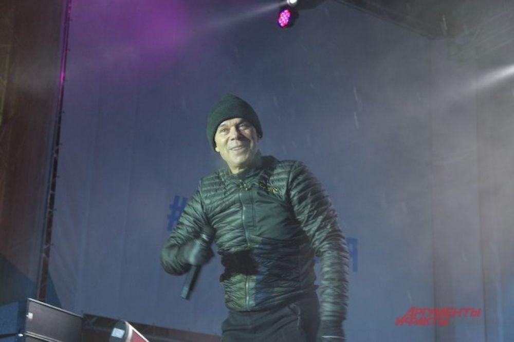 Газманову подпевали тысячи промокших зрителей, особенно громко – под песню «Эскадрон моих мыслей шальных».