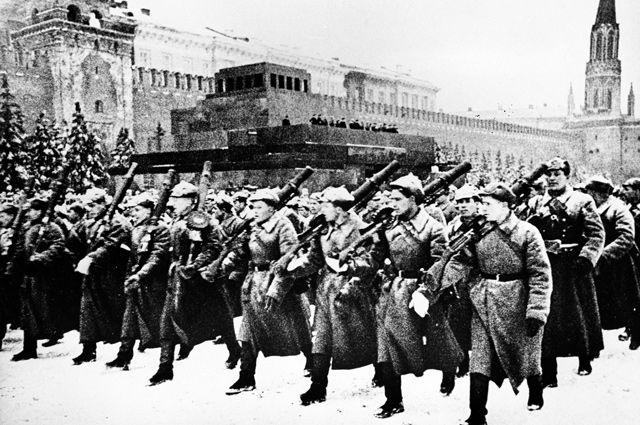 Парад на Красной площади в Москве 7 ноября 1941 года.