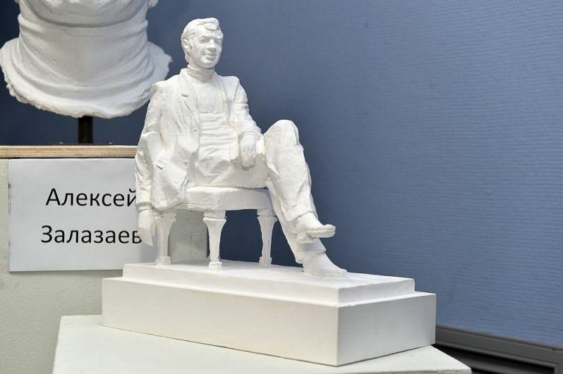 Сидящая фигура Буркова, в исполнении Алексея Залазаева, расслаблена, утяжелённость рук говорит о только что проделанной работе.