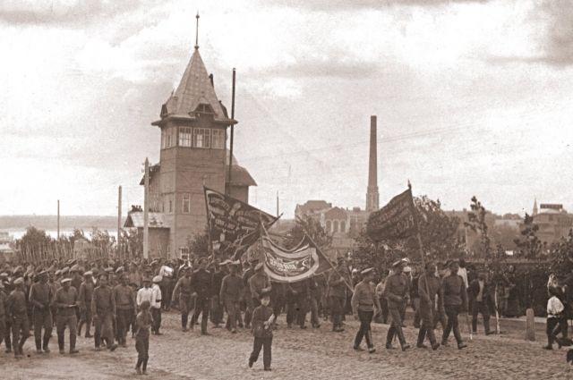 Лето 1917 года. Всё пока что накануне. Через год имущие мирно демонстранты встретятся уже в окопах Гражданской войны.