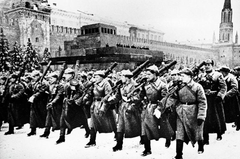 Парад на Красной площади в Москве. 7 ноября 1941 года.