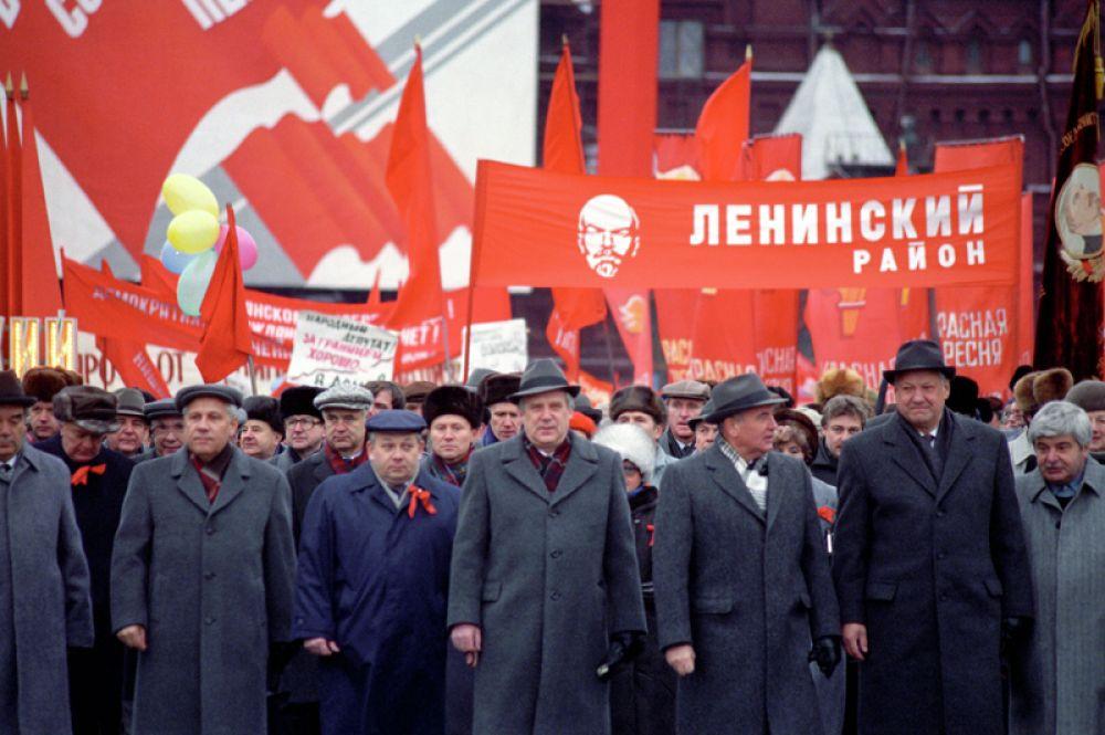 Президент СССР Михаил Сергеевич Горбачев (третий справа) и Председатель Верховного Совета РСФСР Борис Николаевич Ельцин (второй справа) возглавляют колонну демонстрантов. Последняя ноябрьская демонстрация на Красной площади в честь 73-летней годовщины Великой Октябрьской социалистической революции. 7 ноября 1990 года.